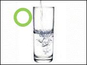 Se recomienda dejar un vaso de agua dentro del microondas cuando no lo use. El agua absorberá constantemente toda la energía del microondas, si el horno empieza a funcionar accidentalmente